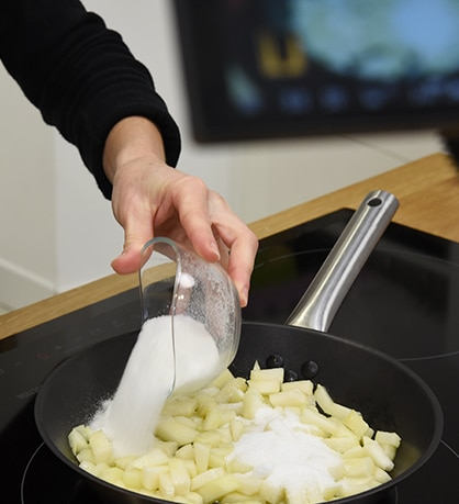 verser le sucre dans la poêle